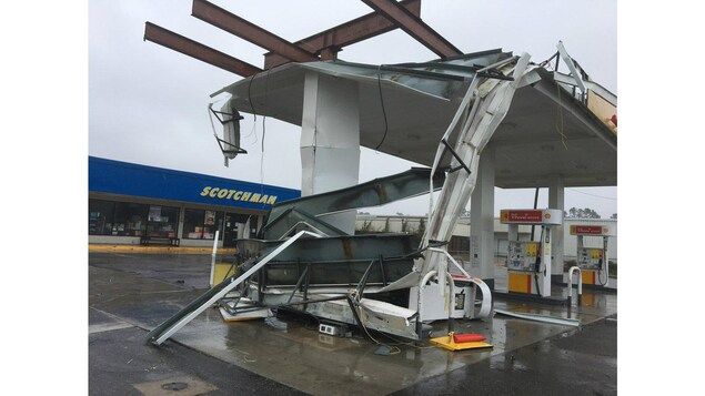 Une station-service lourdement endommagée par Florence.