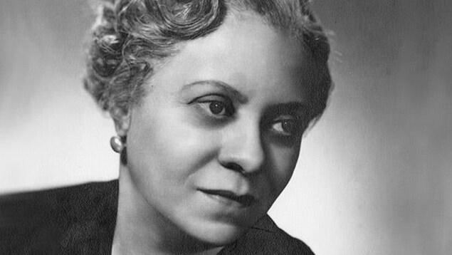 Une photo en noir et blanc d'une femme afro-américaine.