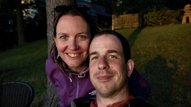 Un couple d'un composé d'un homme et une femme.