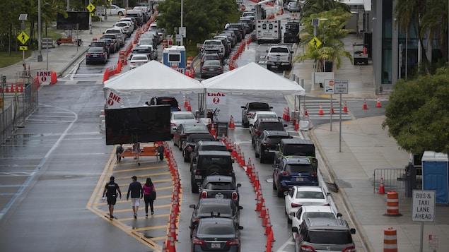 Une longue file de voitures pour une clinique de dépistage, en Floride.