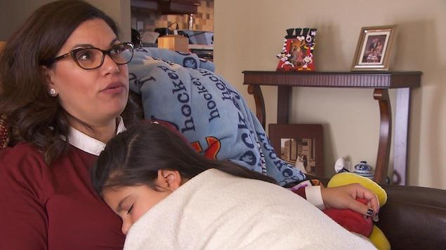 Tiana se repose contre sa mère, Linda Florio.