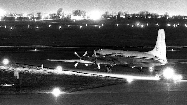 L'avion nolisé pour exiler les felquistes vers Cuba, quelques minutes avant son décollage.