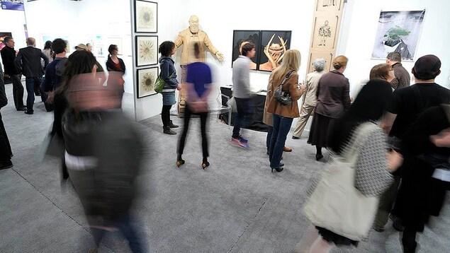 Des personnes circulent au sein d'une galerie d'art.