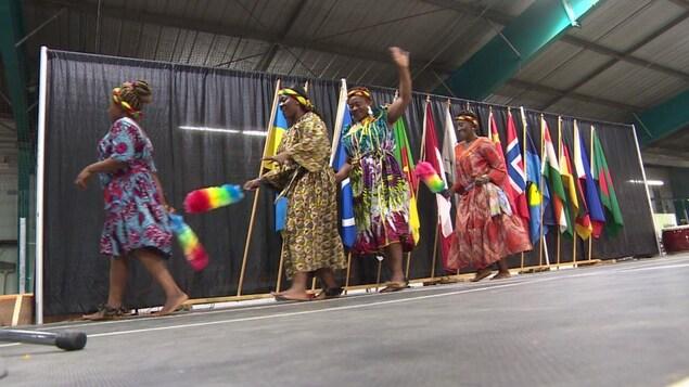 Des danseuses camerounaises saluent la foule en descendant de la scène principale.