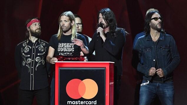 les membres du groupe Foo Fighters monte sur scène