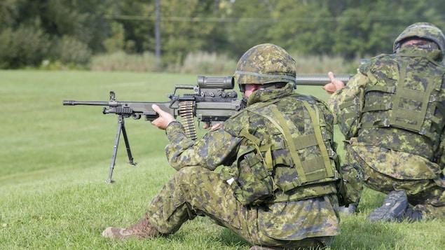 Des soldats participent à la contre-attaque du groupe d'assaut, une épreuve de la Compétition de maniement des armes de l'Armée de terre canadienne.