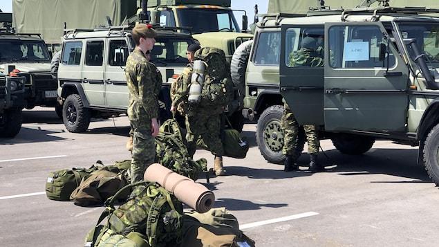Des soldats de la réserve du sud de l'Ontario se rassemblent au manège militaire de Denison.