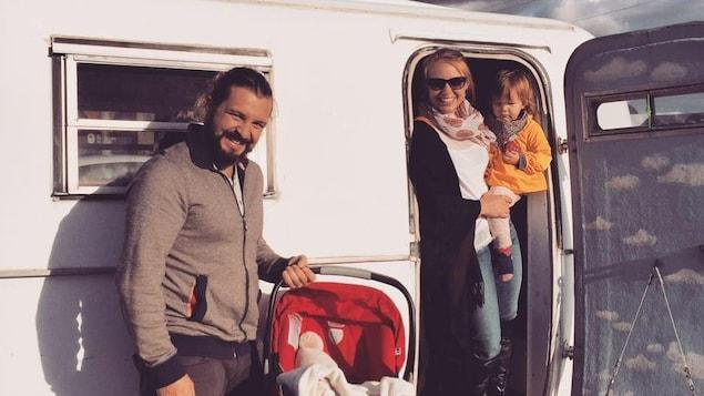 La famille devant la roulotte