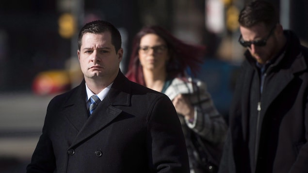 Un homme se dirige vers un palais de justice