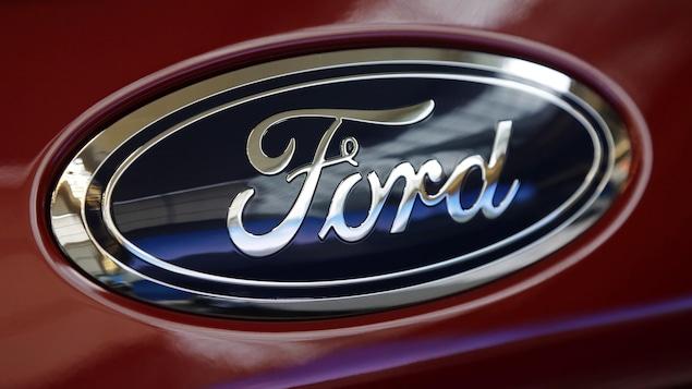 Le logo de la marque à l'ovale bleu.