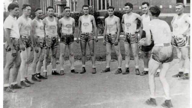 Image d'archives, des hommes sont en short, ils jouent au basket à l'extérieur.