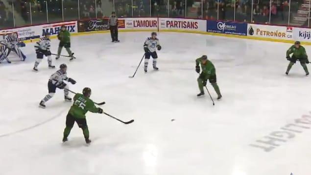 Des joueurs de hockey dans un aréna