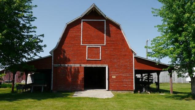 Une grange rouge à Fort la Reine, au Manitoba