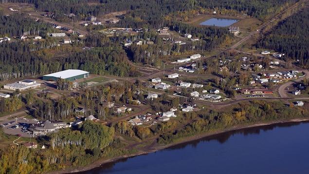 Une vue aérienne de Fort McKay en 2011.