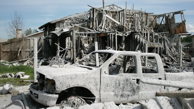 Une maison et une auto sont détruites.
