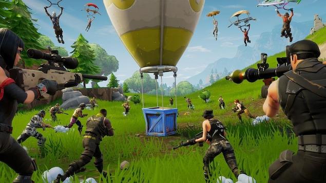Capture d'écran du jeu vidéo Fortnite, on voit plusieurs personnages armés converger vers une boîte.