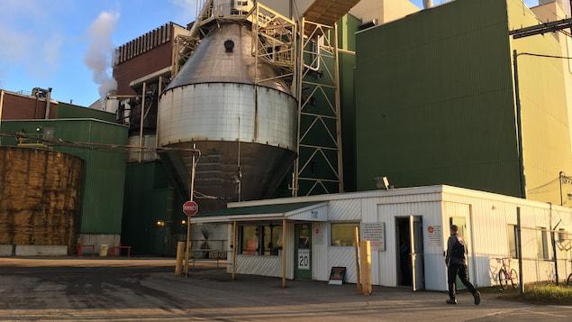Un employé se dirige vers l'usine Fortress à Thurso.