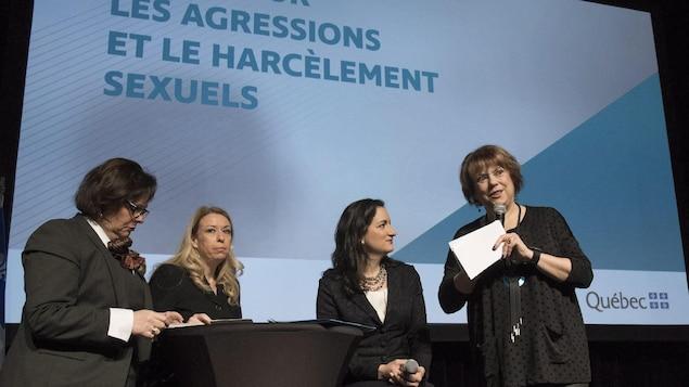 Des ministres parlent sur un scène.