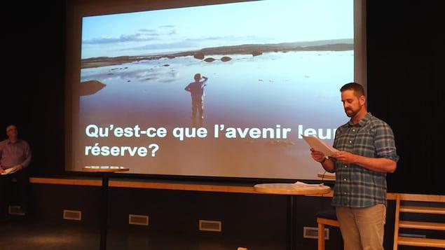 Le fils de Frédérique Lapointe regarde le large sur une superbe photo avec la mention Qu'est-ce que l'avenir leur réserve?