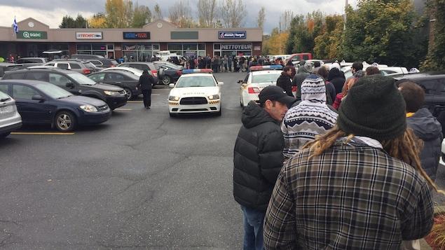 Des centaines de clients attendent en file devant la SQDC de Drummondville.