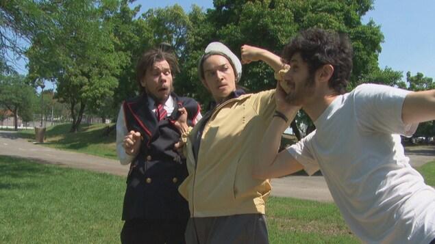 Des comédiens sur une scène extérieure.