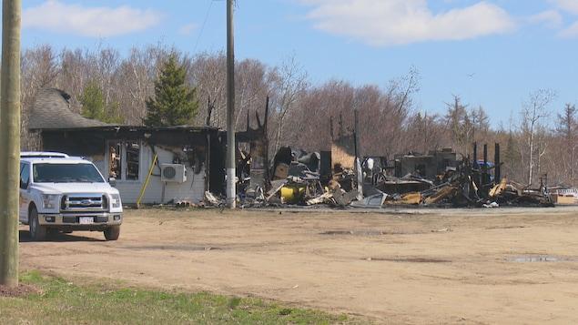 Les décombres d'un bâtiment détruit par un incendie.