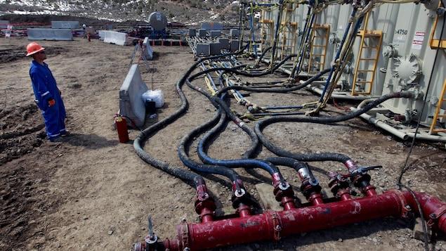 En mars 2013, un ouvrier surveillait des réservoirs et des tuyaux servant à l'extraction de gaz de schiste à Rifle, dans l'Ouest du Colorado.