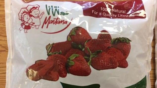 Un emballage de fraises congelées.