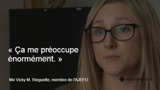 Photo de l'avocate Vicky M. Ringuette aux cheveux blonds, portant des lunettes. En surimpression, la citation suivante est inscrite : «Ça me préoccupe énormément.»