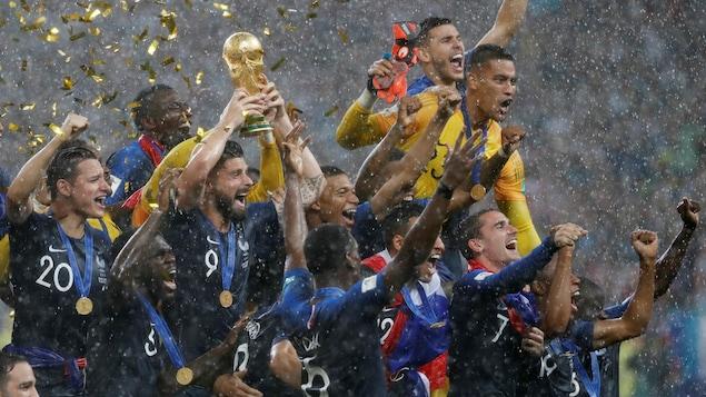 L'équipe de France célèbre après avoir remporté la Coupe du monde de soccer.