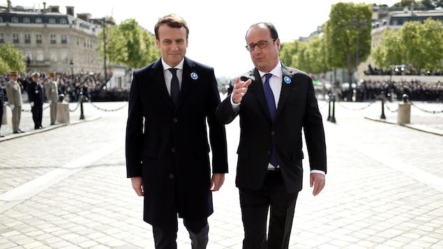 Emmanuel Macron a assisté à la commémoration du 8 mai 1945 aux côtés du président sortant, François Hollande, sur l'avenue des Champs-Élysées.