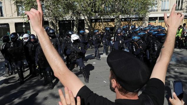 Un manifestant défie la police anti-émeute lors d'une manifestation sur la loi XXIII (la 23ème manifestation nationale consécutive du samedi) du mouvement des gilets jaunes à Paris, France, le 20 avril 2019.