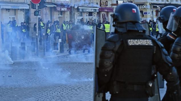 Des manifestants affrontent la police à Marseille, dans le sud de la France.