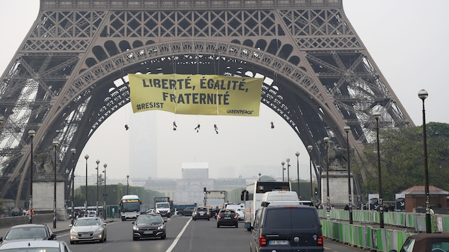Une banderole dans la tour Eiffel
