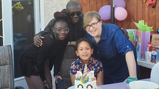 Un homme entouré de proches à l'occasion d'un anniversaire.