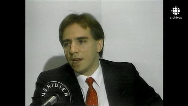 François Legault s'exprimant en conférence de presse.