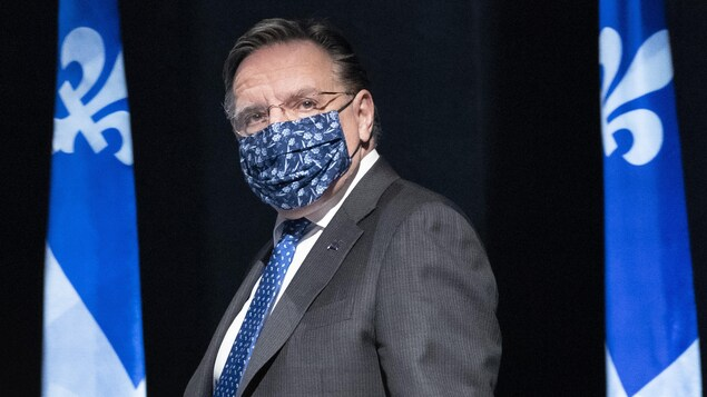 Francois Legault lors de son arrivée au point de presse, le visage couvert d'un masque.