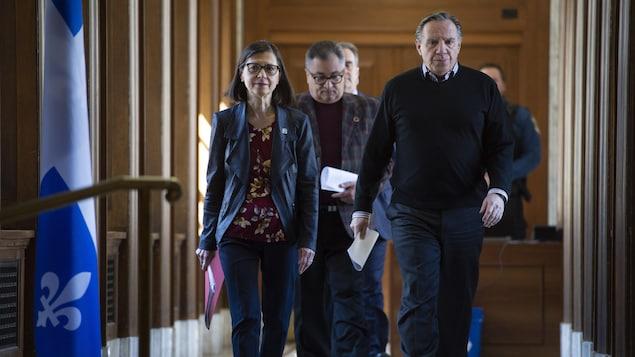 François Legault, Danielle McCann et Horacio Arruda marchent dans un couloir de l'Assemblée nationale.
