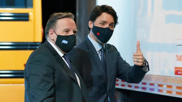 Magkasama sina François Legault at Justin Trudeau na parehong naka-mask.