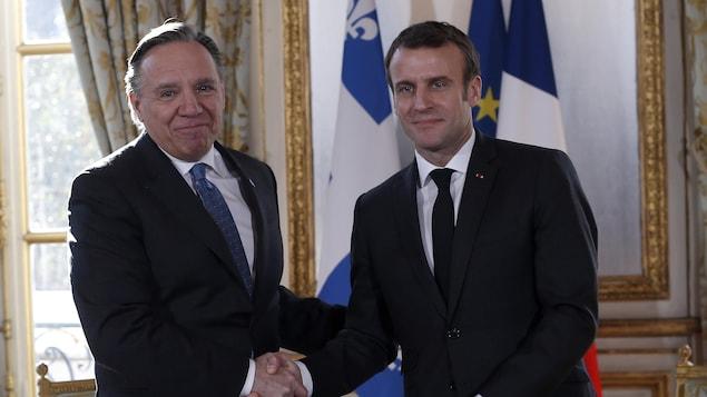 Poignée de main entre le président français Emmanuel Macron et le premier ministre du Québec, François Legault.