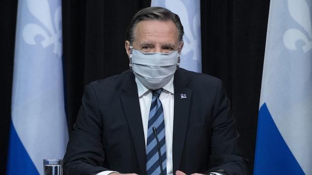 Francois Legault portait le masque à son arrivée à la conférence de presse.