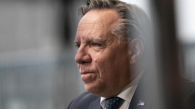 François Legault de profil.