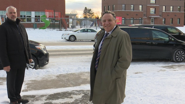 François Legault sourit à la caméra sur la 3e avenue à Val-d'Or.