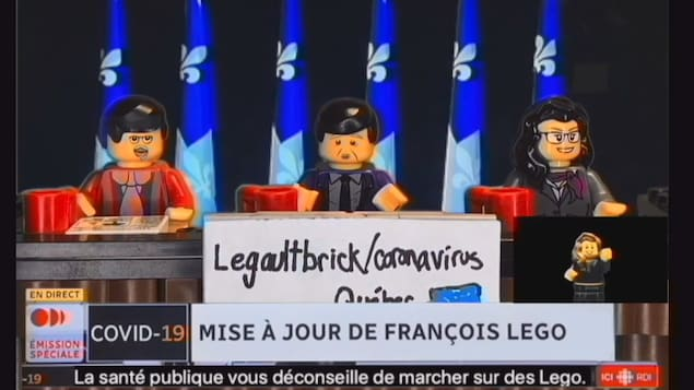 Une conférence de presse du premier ministre François Legault en blocs Lego