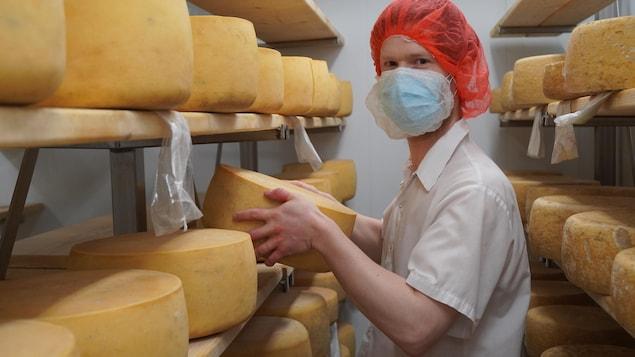 François Nadeau, devant des meules de fromage.