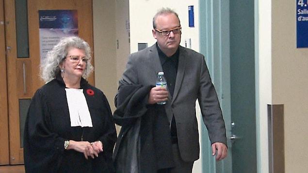 L'avocate Susan Corriveau et François Robert se rendent à la salle d'audience dans le palais de justice de Québec.