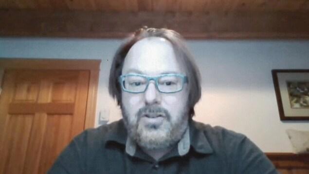 François Rouleau en entrevue par webcam.