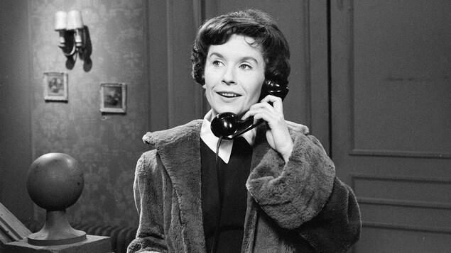 Élise Velder (Françoise Faucher) conversant au téléphone.
