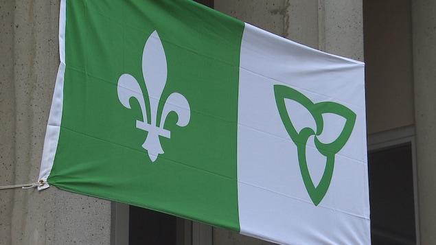 Le drapeau franco-ontarien représente la fleur de lys, emblême de la francophonie, et la fleur de trille, emblême de l'Ontario.