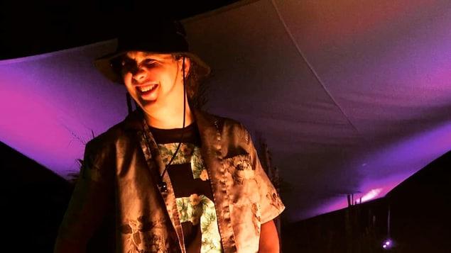 Photo de Frank Levasseur, jeune homme portant un chapeau de plein air, un t-shirt à motif fleurit de même qu'une chemise.